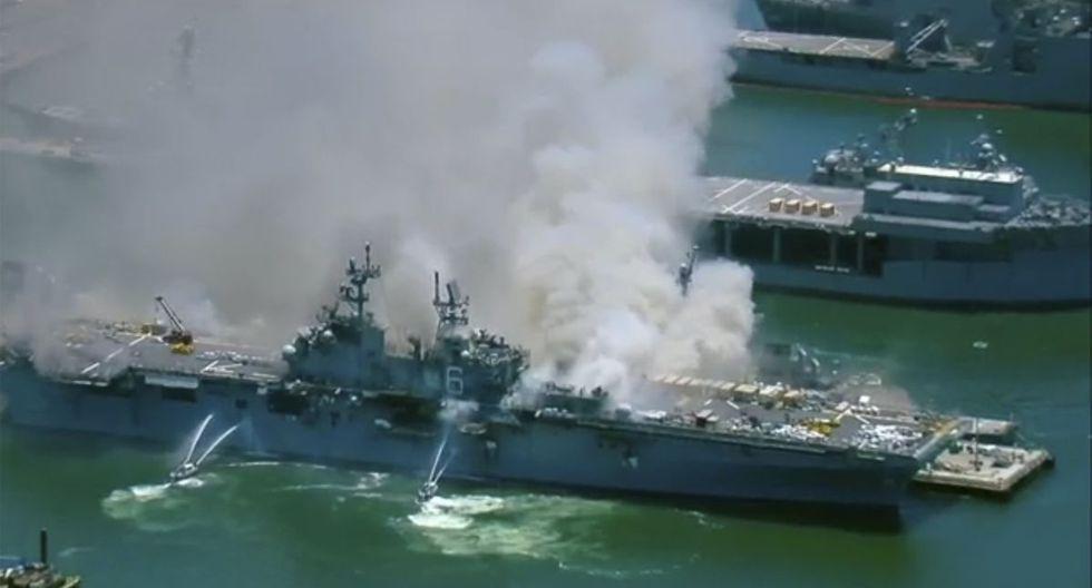 El buque de la Armada de EE.UU. USS Bonhomme Richard arde después de que se escuchara una explosión, informaron en su cuenta de Twitter los bomberos de la ciudad de San Diego, California. (KGTV-TV via AP).
