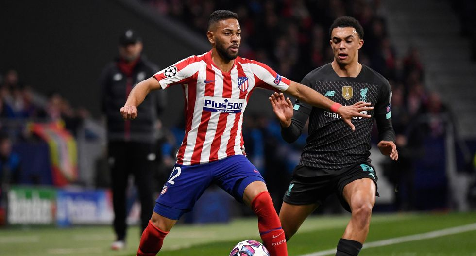 Atletico Madrid's Brazilian defender Renan Lodi (L) vies with Liverpool's English defender Trent Alexander-Arnold during the UEFA Champions League, round of 16, first leg football match between Club Atletico de Madrid and Liverpool FC at the Wanda Metropolitano stadium in Madrid on February 18, 2020. / AFP / PIERRE-PHILIPPE MARCOU