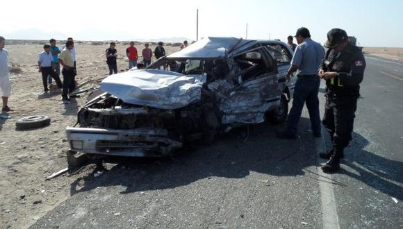 Puno: Ocho personas mueren tras choque entre camión y minivan
