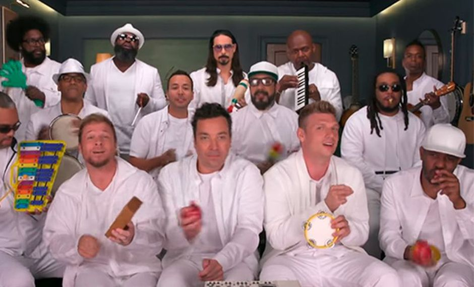 "Jimmy Fallon junto a la banda The Roots acompañaron a a los Backstreet Boys cantando ""I Want It That Way"". (Facebook)"