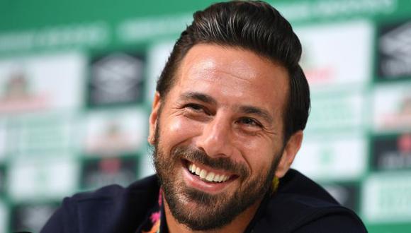 Claudio Pizarro renovó con Werder Bremen y este jueves disputará el partido de promoción para no perder la cateogría ante Heidenhem. (Foto: AFP)