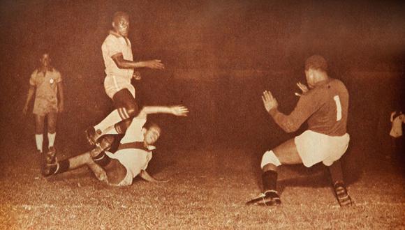 El 'Conejo' Benítez parando un ataque de Pelé en su primer partido ante Perú, en 1959. (Foto: Revista Estadio)