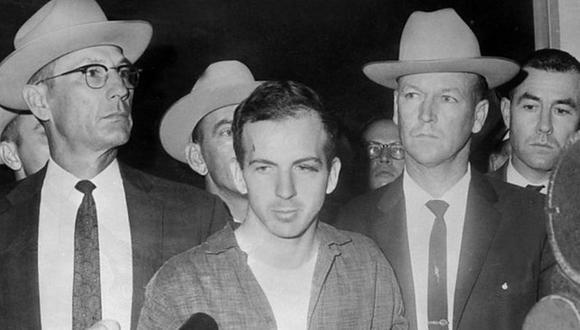 Lee Harvey Oswald el 22 de noviembre de 1963, durante una rueda de prensa tras su detención en Dallas. (AFP/GETTY IMAGES).