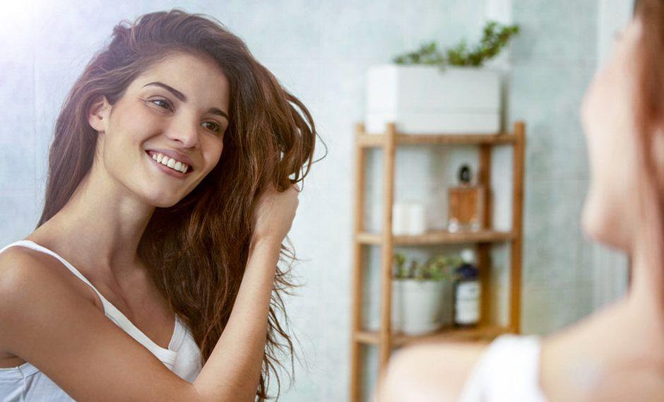 Puedes usar el dry shampoo entre lavadas, cuando deseas prolongar esa sensación de limpieza y ligereza en tu cuero cabelludo.