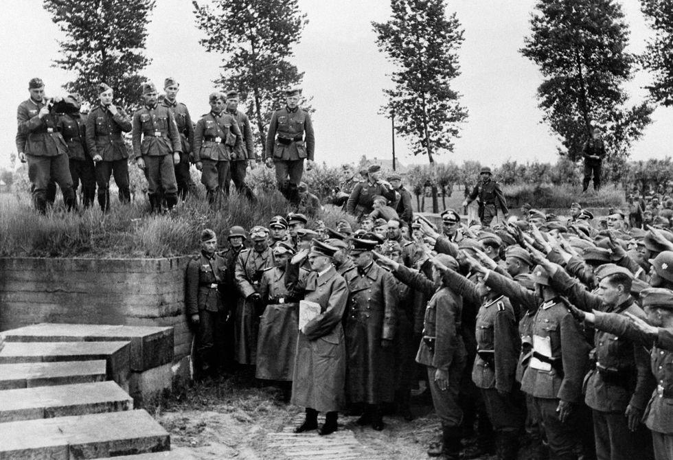 Esta imagen, captada en junio de 1940 en el cementerio de Langemark, se puede ver a Adolf Hitler rindiendo homenaje a los soldados alemanes caídos durante la Primera Guerra Mundial. (AFP)