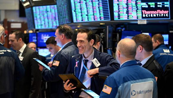 Los mercados financieros han dado violentas fluctuaciones en días recientes debido a la incertidumbre de cómo el coronavirus afectará la economía. (Foto: AFP)