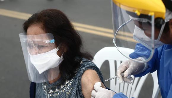 Inoculación de personas mayores de 70 años en Campo de Marte. (Foto: Jesus Saucedo/ @photo.gec)
