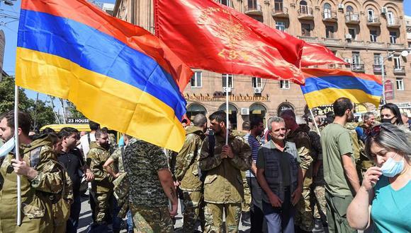 Voluntarios de la Federación Revolucionaria Armenia se reúnen para partir hacia Artsaj (región de Nagorno Karabaj), donde se ha declarado la ley marcial. (EFE / EPA / MELIK BAGHDASARYAN).