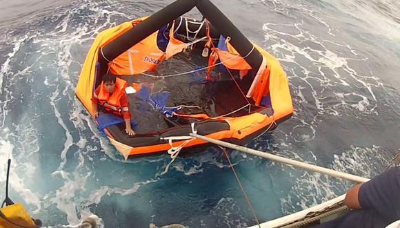 La Guardia Costera de Japón muestra a un hombre rescatado de una balsa salvavidas por los guardacostas, a unos 2 kilómetros al noroeste de la isla Kodakarajima. (AFP).