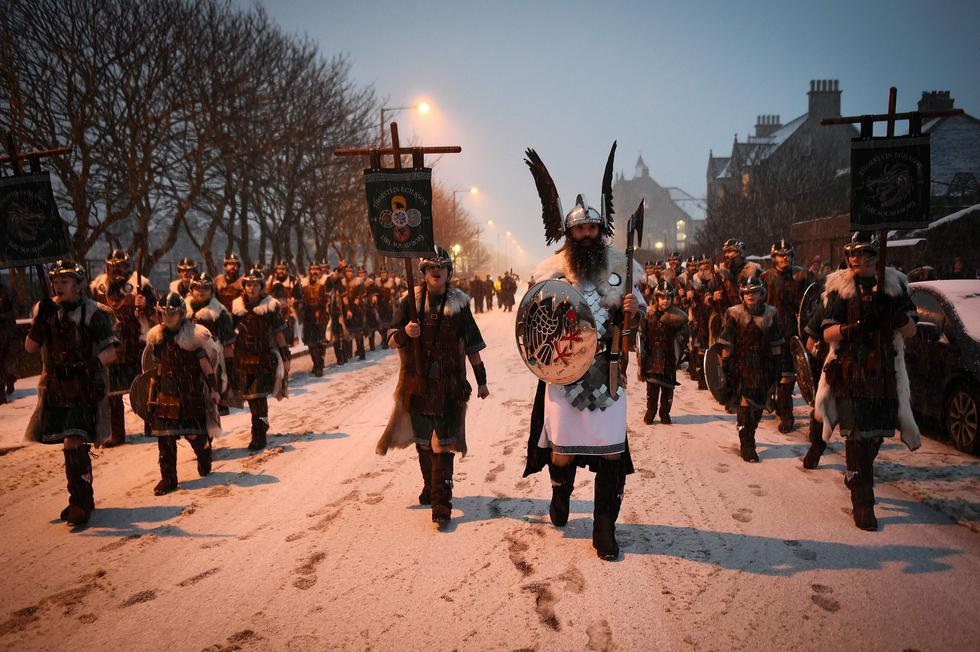 """Imágenes del festival Up Helly Aa"""", o """"fiesta del fuego"""" en Lerwick, un archipiélago del Reino Unido, que celebra las raíces escandinavas de estas islas conquistadas por los vikingos en el siglo IX. (AFP)"""