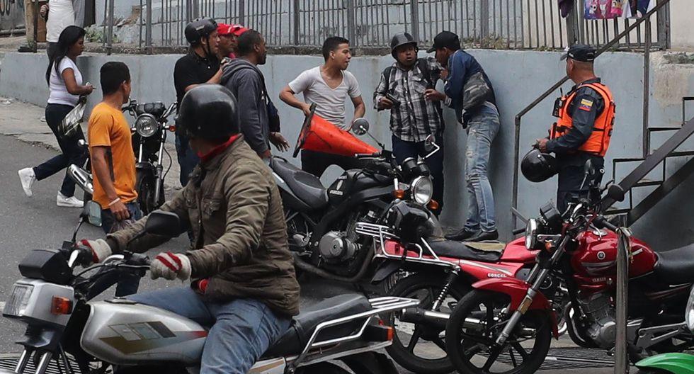 En las imágenes se pudo ver a un hombre armado en los exteriores de la Asamblea Nacional de Venezuela. (Foto: EFE)