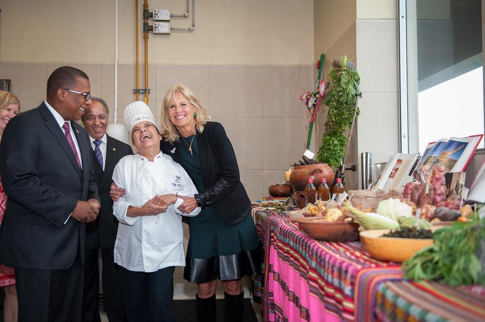 """La nueva primera dama de Estados Unidos, Jill Biden, visitó en junio de 2016 nuestro país por unos días, y sostuvo encuentros con estudiantes, emprendedores, chefs y artesanos en Lima y Cusco. """"En los últimos días, he tenido la suerte de experimentar algo que todos ustedes conocen bien: la profundidad y la belleza de la cultura peruana"""", aseguró Biden, según recoge la Administración Nacional de Archivos y Registros. En la foto también aparece el exembajador de EE. UU. en Perú, Brian A. Nichols. (Foto: James Pan / Departamento de Estado de Estados Unidos / Archivo)."""
