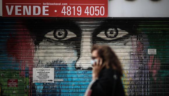 Una mujer camina el 17 de mayo de 2021 por el centro de Buenos Aires, Argentina, en medio de la crisis y la pandemia de coronavirus. (EFE/ Juan Ignacio Roncoroni).