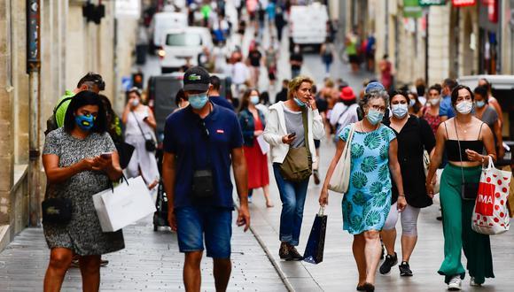 Gente caminando en las calles de Bordeaux, Francia, sin el distanciamiento social recomendado. (Foto: EFE)