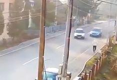 El dramático momento en que un hombre se salva de ser arrollado por dos vehículos que chocan en la pista | Video