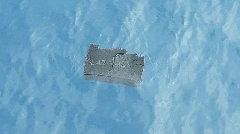 """AME5087. OCÉANO PACÍFICO (CHILE), 11/12/2019.- Fotografía cedida este miércoles por la Fuerza Aérea de Chile (FACh) que muestra un pedazo de espuma flotando cerca del área donde desapareció un avión el pasado lunes camino a la Antártida con 38 personas a bordo. La FACh informó que fueron encontrados restos de avión flotando en el mar cerca del lugar donde el lunes se perdió la pista del Hércules C-130, que llevaba 38 personas a bordo y se dirigía a la Antártida. """"Mientras se realizaban las tareas de búsqueda de la aeronave siniestrada, se encontraron restos de esponja flotando a 30 kilómetros al sur de la posición del último contacto del C-130"""", indicó el cuerpo de seguridad. Los restos fueron encontrados por un buque pesquero de bandera chilena y """"podrían ser parte de restos de las esponjas de los estanques internos de combustible del C-130"""", agregó la FACh. EFE/ FACh/SOLO USO EDITORIAL/NO VENTAS/MÁXIMA CALIDAD DISPONIBLE"""