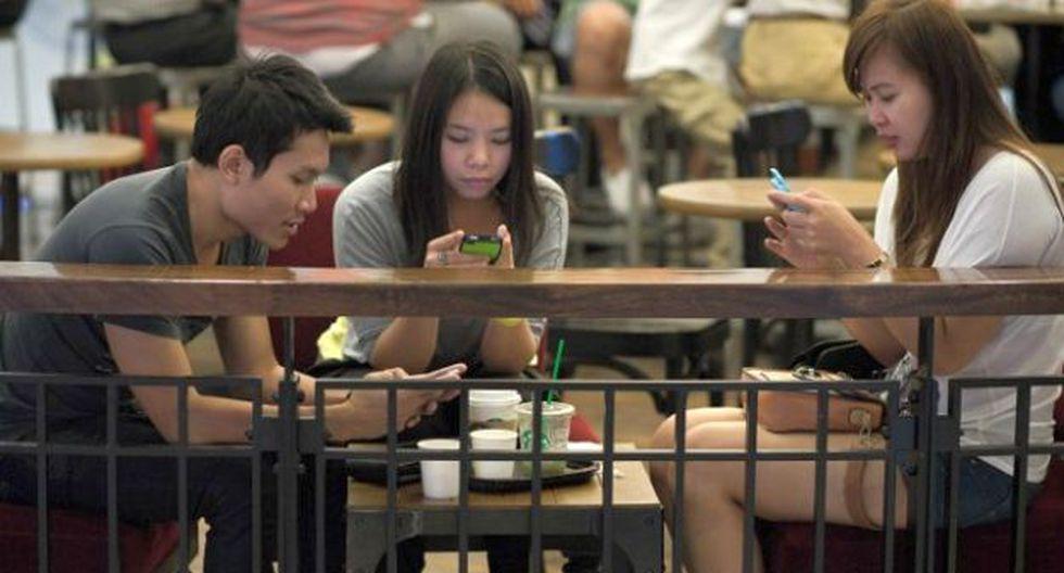 ¿Te reúnes con una persona y le presta más atención a su smartphone? No eres el único.