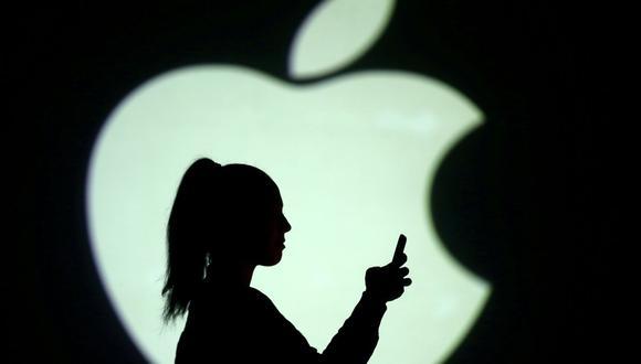 Imagen referencial. Silueta de una persona junto a una proyección de pantalla del logo de Apple en esta ilustración tomada el 28 de marzo de 2018.  (REUTERS/Dado Ruvic).