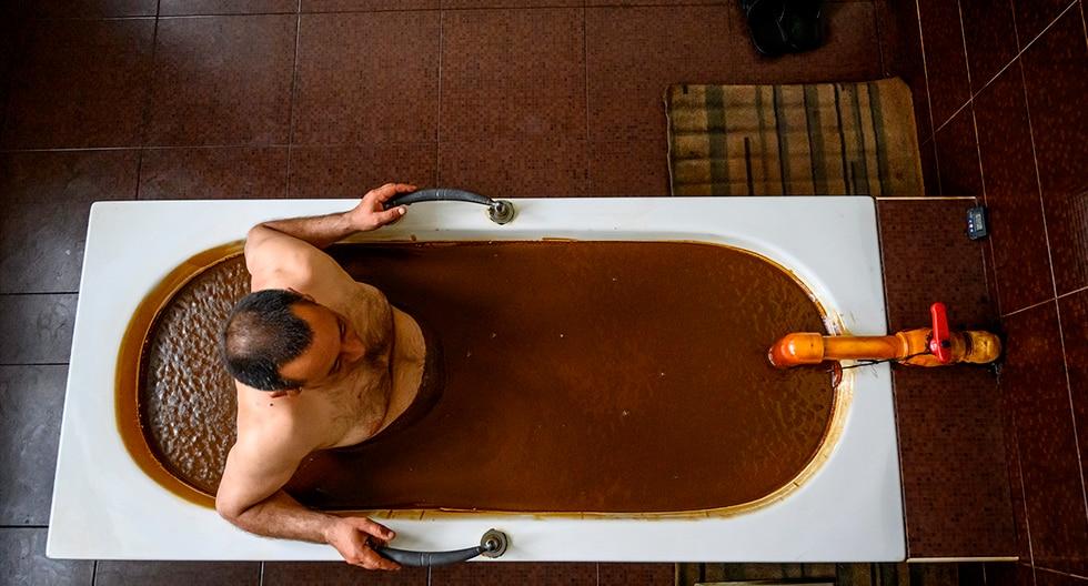 Los baños de petróleo en Natftalan son un tratamiento único y original que puede disfrutarse en Azerbaiyán , un país rico en un tipo de petróleo que, a diferencia del crudo común, es saludable para el ser humano. (AFP)