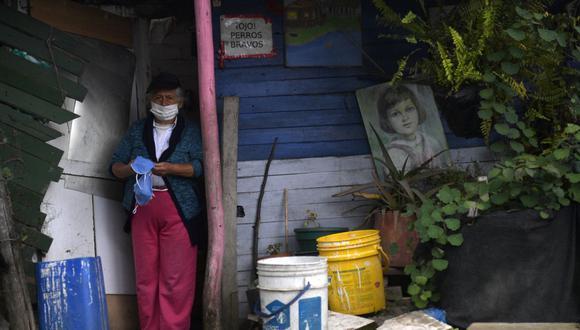Una mujer espera recibir comida de soldados colombianos en un barrio pobre en Bogotá, en medio del brote de coronavirus (COVID-19) (Foto: Raúl Arboleda / AFP)