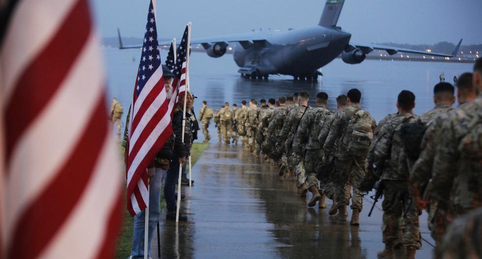 Paracaidistas asignados al Equipo de Combate de la 1ra Brigada de la 82 División Aerotransportada caminan hacia un avión en Carolina del Norte. (Foto referencial, Hubert Delany III / US Army vía AP).