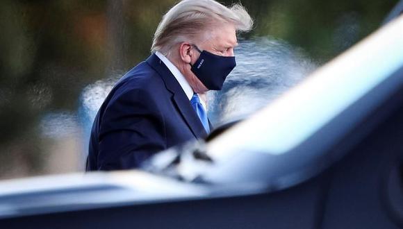 El presidente de Estados Unidos, Donald Trump, sale de Marine One mientras llega al hospital Walter Reed en Bethesda, Maryland, el 2 de octubre de 2020 tras dar positivo a coronavirus Covid-19. (EFE / EPA / Oliver Contreras).
