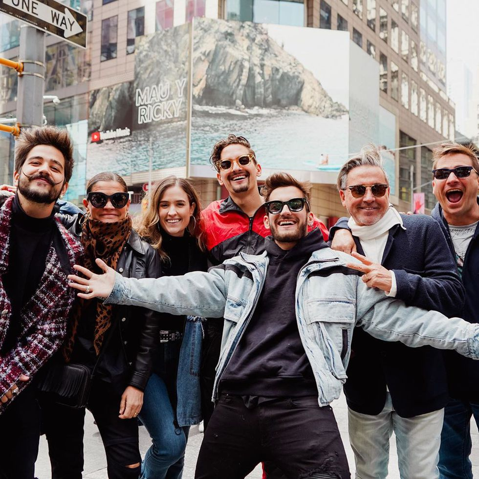 Camilo junto a la familia Montaner en el Times Square. (Foto: Difusión)