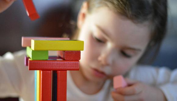 Los juguetes sencillos, manuales, que padres e hijos pueden usar juntos son preferibles para un desarrollo saludable. (Foto: Pixabay)