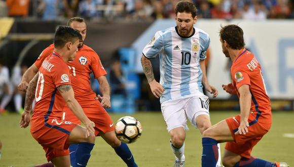 Lionel Messi enfrentando a Chile. (Foto: AFP)
