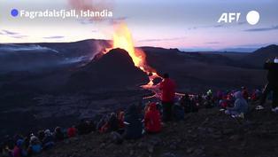 En Islandia, erupción volcánica se convierte en enormes géiseres de lava