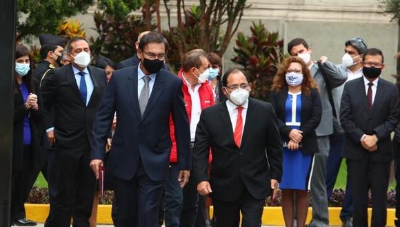 Martín Vizcarra salió de Palacio de Gobierno minutos antes de las 10 de la mañana. Lo acompaña su abogado