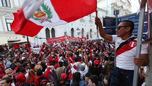La hinchada peruana colmó esta mañana las calles rusas con mensajes de aliento a la selección. (Foto: Rolly Reina / El Comercio)