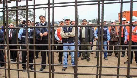 Alan García en su segundo gobierno visitando las obras del Tren Eléctrico. Lo acompañan Jorge Barata, Luis Nava y el ex ministro Enrique Cornejo, entre otros. (Foto: Rolly Reyna / GEC)