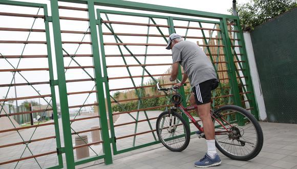 Las rejas puestas a la salida del Puente de la Amistad impiden circular a ciclistas y peatones. (Foto: Anthony Niño de Guzmán)