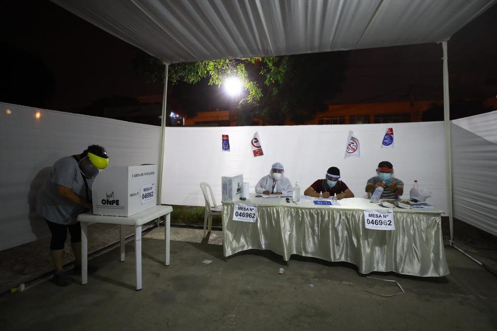 Algunas personas lograron llegar a último minuto a los locales de votación ubicados en el estadio Manuel Bonilla, en Miraflores, y el Instituto Superior Tecnológico Público María Rosario Araoz Pinto, en San Miguel, para ejercer su derecho de sufragio en estas Elecciones Generales de Perú de 2021. (Foto: Jessica Vicente/@photo.gec)