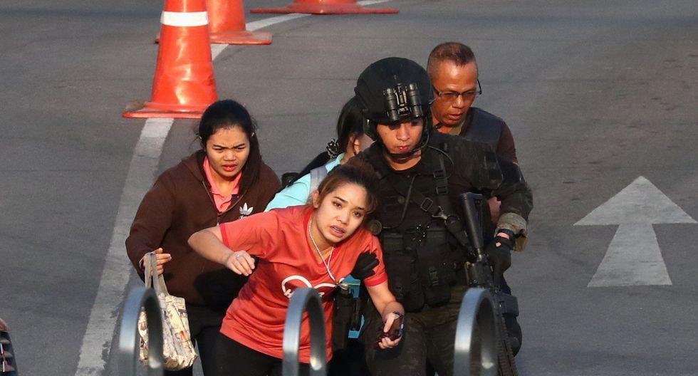 Una mujer es asistida por las fuerzas de seguridad tailandesas que evacuan a las personas que estaban atrapadas dentro del centro comercial Terminal 21. (REUTERS / Athit Perawongmetha).