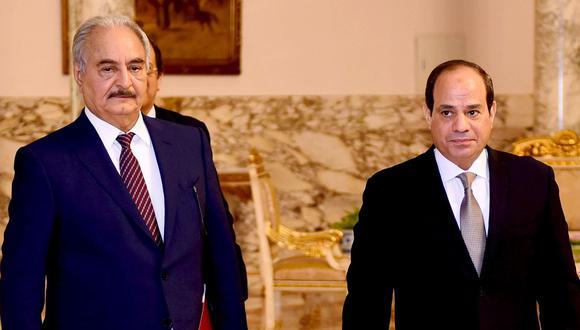 Presidente de Egipto Abdel Fatah al Sisi (derecha) recibe al mariscal libio Jalifa Haftar en El Cairo. (AFP).