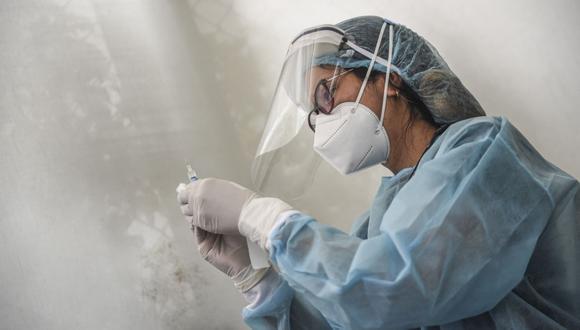 Un trabajador de salud prepara una jeringa para inocular a un voluntario con una vacuna COVID-19 producida por el chino Sinopharm durante su ensayo en el Centro de Estudios Clínicos de la Universidad Cayetano Heredia en Lima el 09 de diciembre de 2020 (Foto: Ernesto Benavides / AFP)