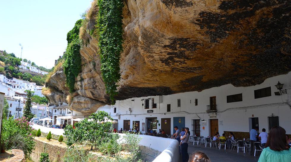 ¿Vivir con una roca gigante encima? Mira este pueblo en España - 1