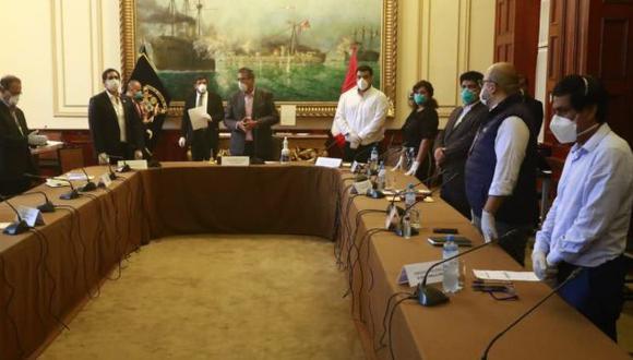En la última reunión de la Junta de Portavoces del Congreso, realizada el martes, los congresistas usaron mascarillas y guantes como medida de protección. (Foto: Congreso)
