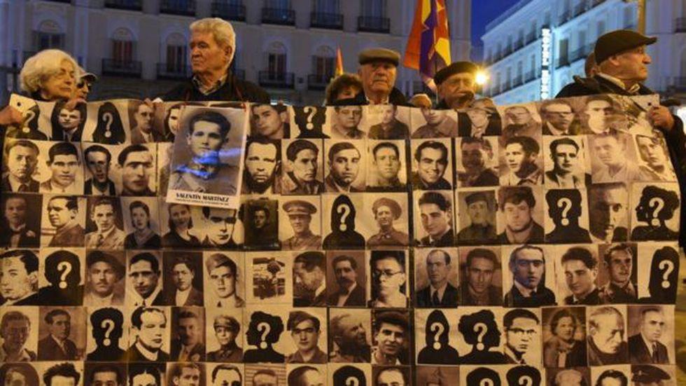 Varias familias de víctimas del franquismo reclaman la búsqueda de más de 100.000 enterrados en fosas comunes. Foto: Getty images, vía BBC Mundo