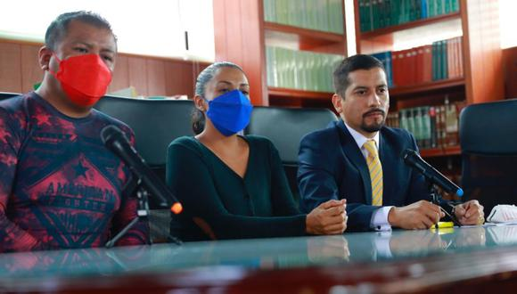 Raúl Reyes (izquierda) y María Guadalupe Lezama (centro), familiares de uno de los menores presuntamente abusados por el diputado mexicano Saúl Huerta, ofrecen una rueda de prensa acompañados por el abogado Teófilo Benítez (d), hoy, en Ciudad de México (México). (Foto: EFE/ Carlos Ramírez).
