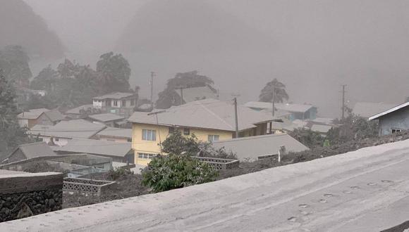 Casas en Chateaubelair, San Vicente, cubiertas de ceniza después de la erupción del volcán La Soufriere. (Foto: AFP).
