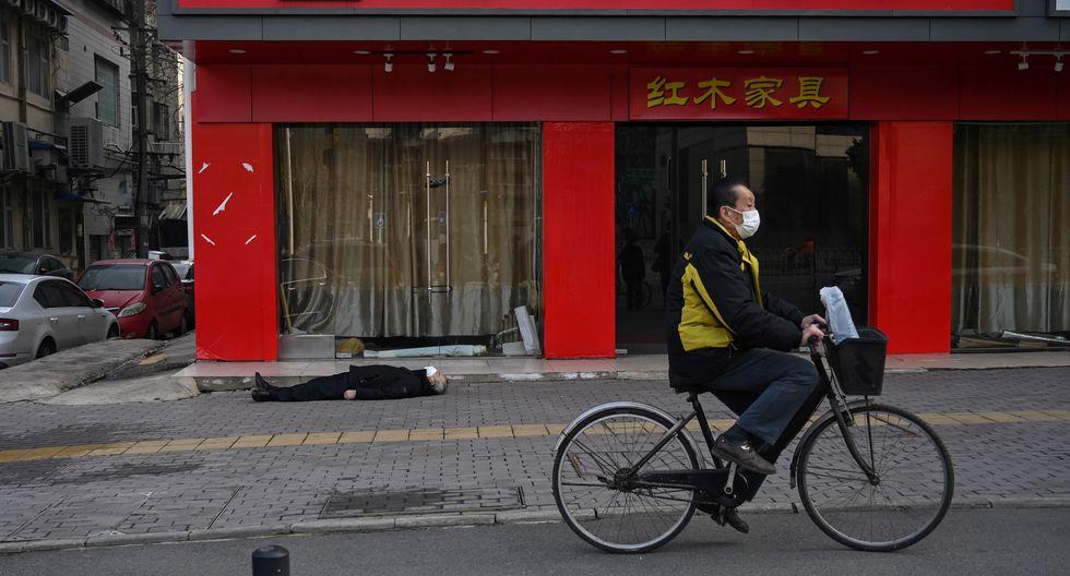 La fotografía, tomada por Héctor Retamal de la agencia AFP, muestra a un hombre muerto y a un ciclista que pasa cerca sin hacer nada ni mostrar reacción alguna. Foto: AFP/ Héctor Retamal