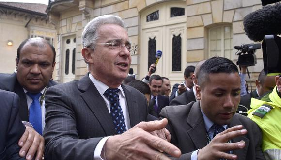 En esta foto de archivo tomada en 2016, el ex presidente colombiano y actual senador Álvaro Uribe hacen gestos después de una reunión con el presidente colombiano Juan Manuel Santos en el palacio presidencial Narino, en Bogotá. (Foto por GUILLERMO LEGARIA / AFP)
