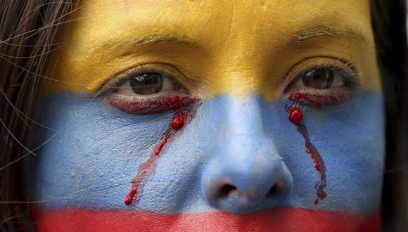 Una manifestante antigubernamental con el rostro pintado durante una protesta en Bogotá, Colombia. (AP Photo/Fernando Vergara).