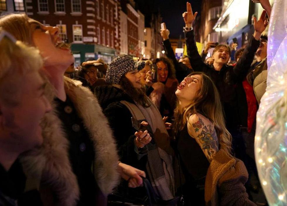 La gente festeja en una calle mientras los pubs cierran por la noche debido a las restricciones de nivel 3 en Soho, Londres. (Foto: REUTERS/Henry Nicholls)