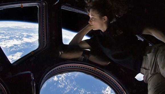 Una astronauta observa la Tierra desde la EEI. (Foto: NASA)
