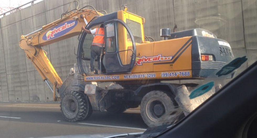 Una excavadora y una moto en la Vía Expresa de Javier Prado - 1