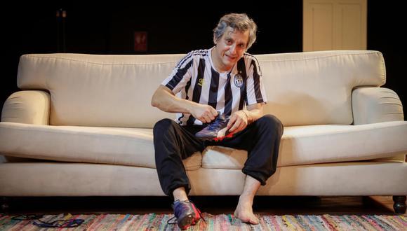Miguel Iza como Armand, y su frenética manera de lustrar su zapatillas de fútbol. (Foto: Hugo Pérez)